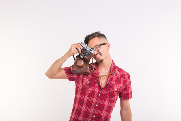 Винтаж, фотограф и люди концепции - красивый мужчина с ретро камерой на белом фоне