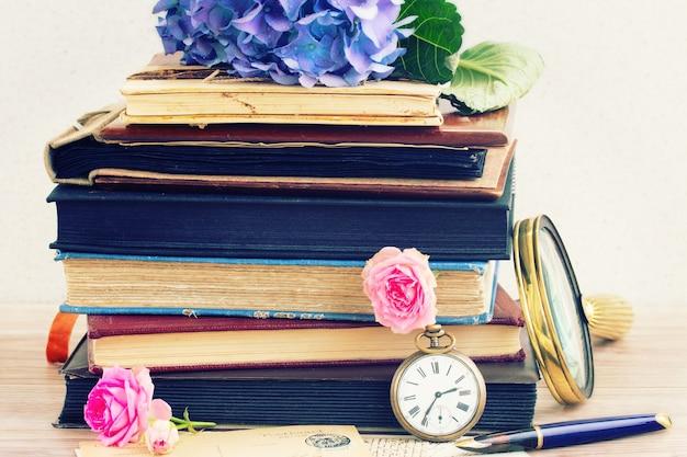 Винтажная куча старых книг с цветами