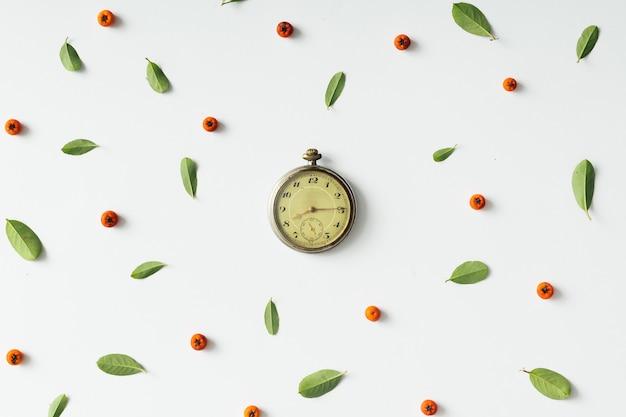自然なパターンのヴィンテージ懐中時計。フラットレイ