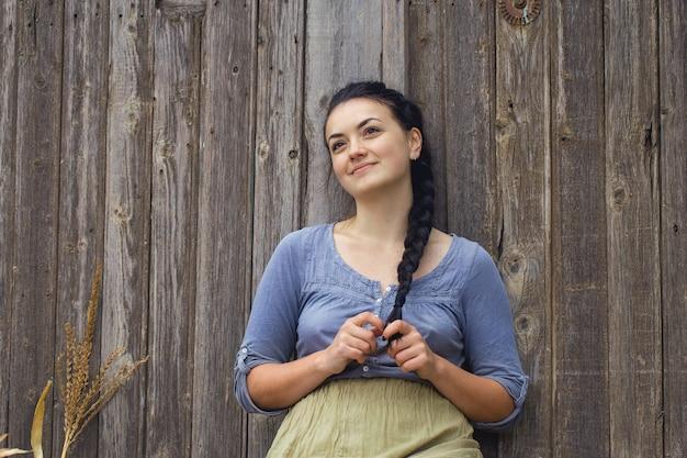 とうもろこし、田舎の収穫の概念を持つセクシーな女の子のヴィンテージの肖像画
