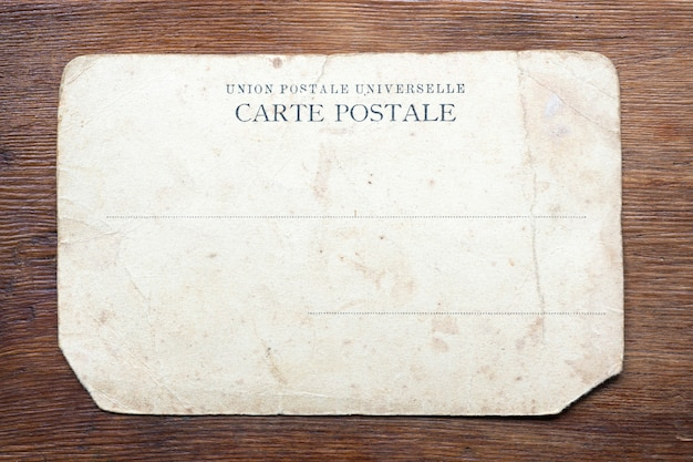 風化した木製のテーブルの上のヴィンテージのポストカード
