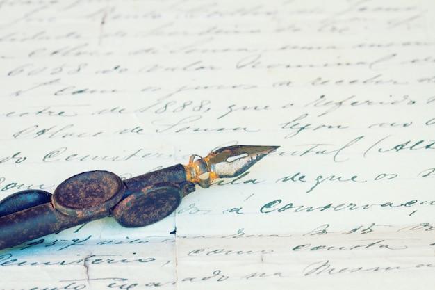 ヴィンテージの羽ペンとアンティークの手紙