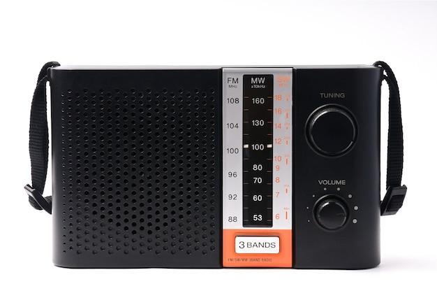 Винтажное радио с программами на белом фоне
