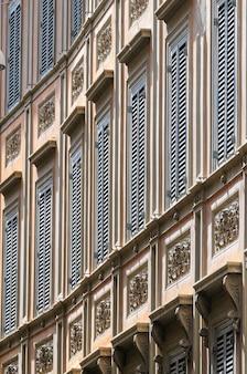イタリア、ローマの中世のトラステヴェレ地区にある夏の窓シャッター付きのヴィンテージのレインエッセンスハウス