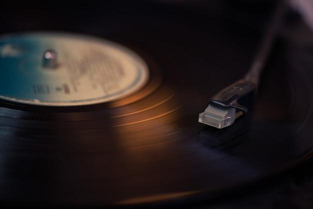 回転ディスクのビンテージレコードプレーヤースタイラス