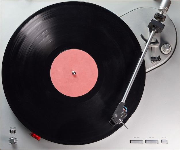 ヴィンテージレコードプレーヤー。カラーメタリックのビニールターンテーブル。ビニールディスク用のレトロなオーディオ機器。
