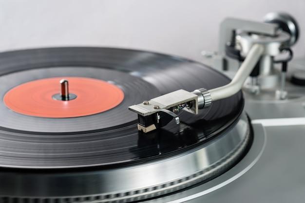 비닐 레코드와 빈티지 레코드 플레이어입니다.