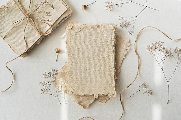 Винтажная переработанная бумага ручной работы и старинные письма с лентами. мокап для демонстрации произведений искусства и дизайна. макет фирменного бланка или бумаги для рисования. плоская планировка.
