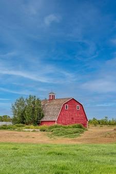 カナダの大草原の農場にあるヴィンテージの赤い納屋