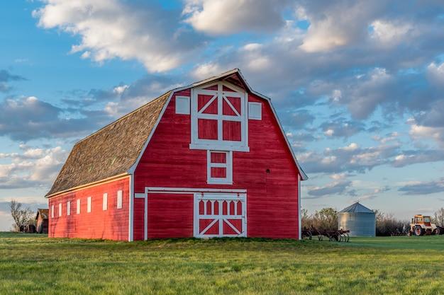 サスカチュワン州の大草原の農場のヴィンテージの赤い納屋