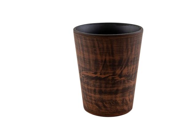 Винтажное красное стекло чашки глины изолированное на белой предпосылке. ремесло