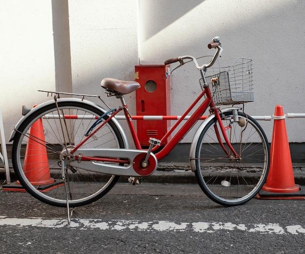 Старинный красный маленький велосипед