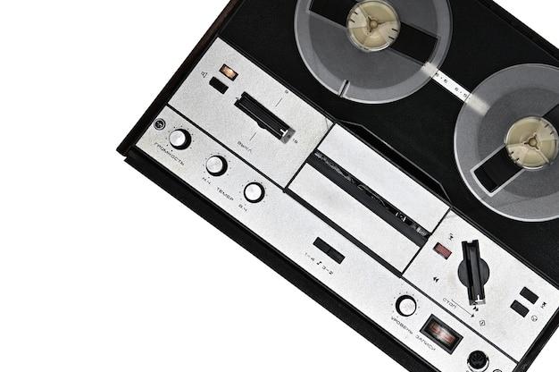 격리 된 흰색 표면에 테이프 레코더를 릴 빈티지 릴
