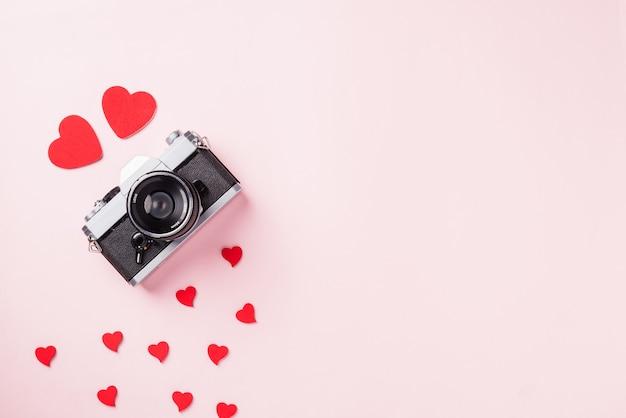 Винтажная ретро камера и композиция из красных сердец, поздравительная открытка, любовь, день святого валентина