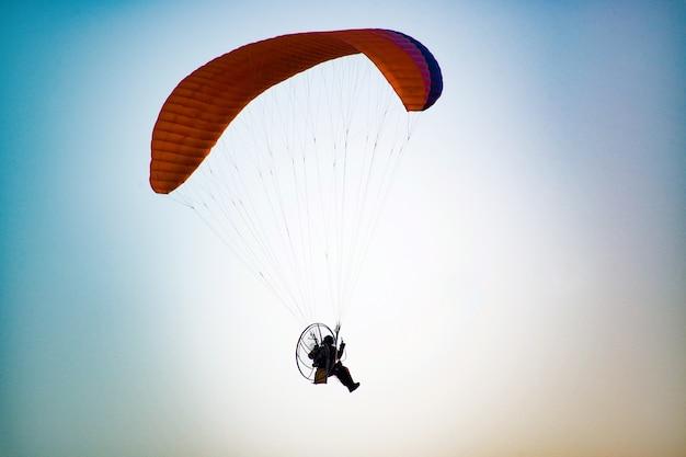 자유 비행 개념의 빈티지 복고풍 효과 필터링된 힙스터 스타일 여행 이미지 - 위의 하늘에 있는 파라플레인