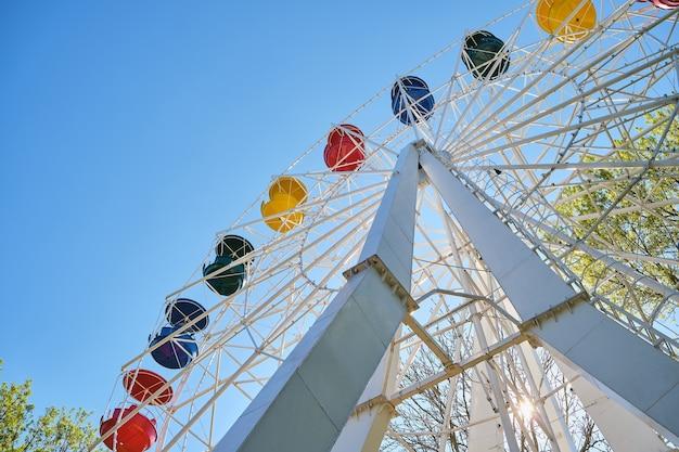 Винтажное ретро колесо обозрения на голубом небе