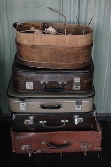 ヴィンテージレトロスタイルの革のスーツケース旅行のコンセプト