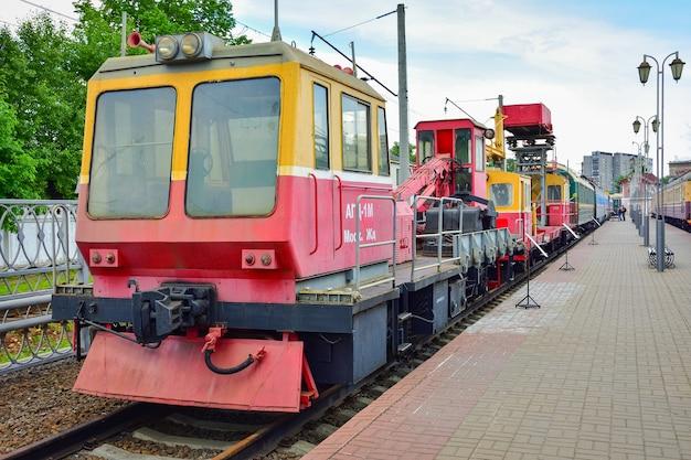 기차 박물관의 플랫폼에 있는 빈티지 복고풍 기차 서비스 철도 트랙