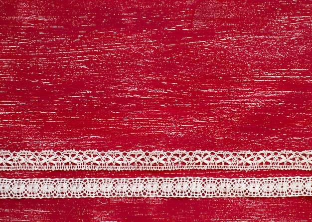 古い赤い木の表面にヴィンテージのリボン