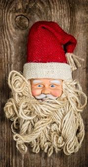 Винтажная игрушка санта-клауса. ностальгический рождественский фон. тонированная картина в стиле ретро