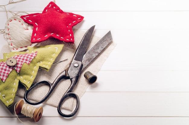 수제 크리스마스 장식으로 둘러싸인 빈티지 가위
