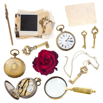 확대경, 시계, 키 및 흰색 배경에 고립 된 오래 된 사진의 빈티지 세트