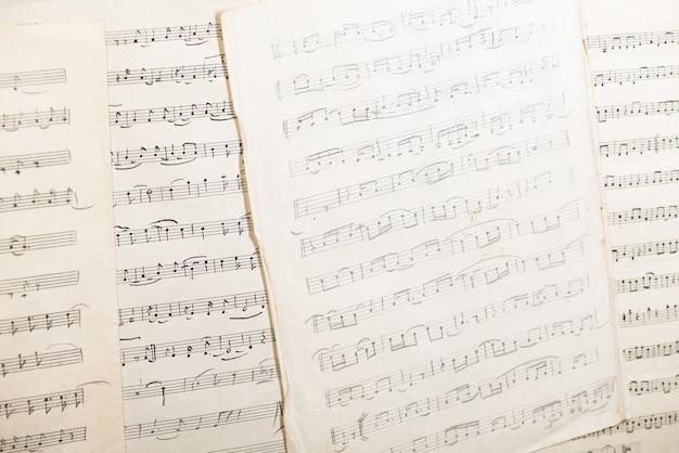 Старинный лист бумаги с рукописными музыкальными нотами