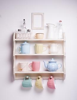 キッチンのヴィンテージ棚、ぼろぼろのシックなスタイル、レトロなトーン