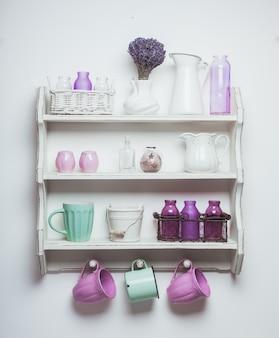 キッチンのヴィンテージ棚、ラベンダーのぼろぼろのシックなスタイル