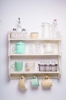 キッチンのヴィンテージ棚、ぼろぼろのシックなスタイル、黄色と緑