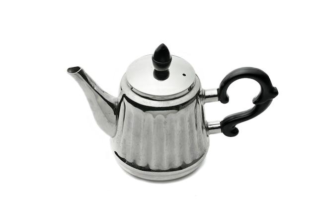 Старинный серебряный чайник на изолированном белом