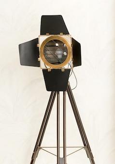 Винтажный студийный светильник slm или лампа на штативе с электрической лампочкой за стеклом и откидными створками