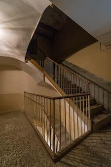 그림자에서 빈티지 계단