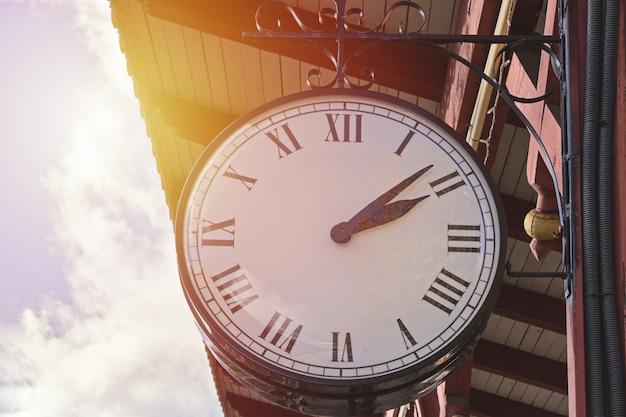 Часы vintage station на естественном фоне