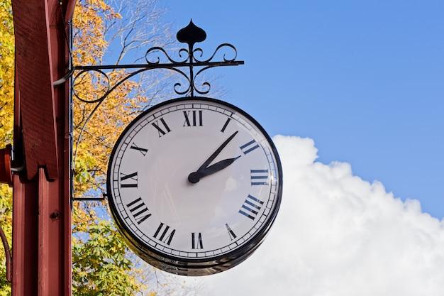 Старинные часы станции на естественном голубом небе