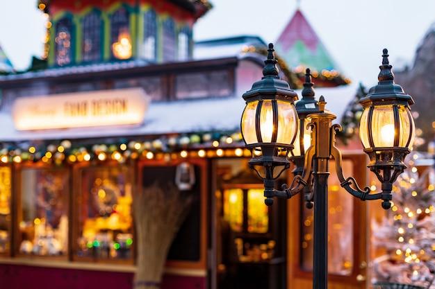 Старинный уличный фонарь на улице рождества