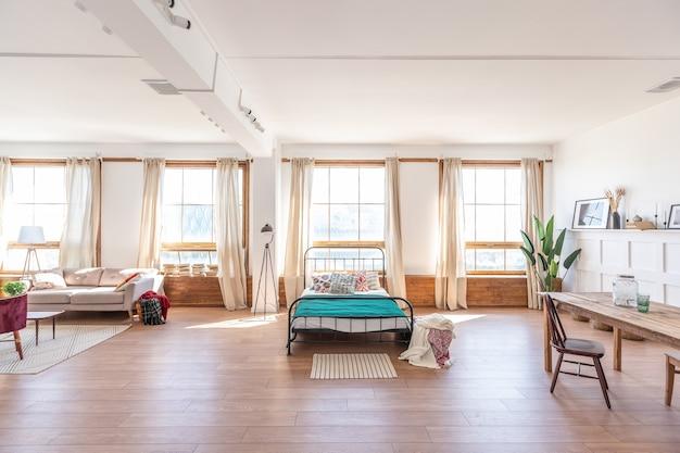 오래 된 스타일의 밝은 색상의 빈티지 스튜디오 아파트 인테리어