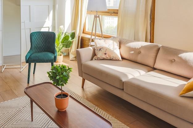 古いスタイルの明るい色のヴィンテージワンルームマンションのインテリア