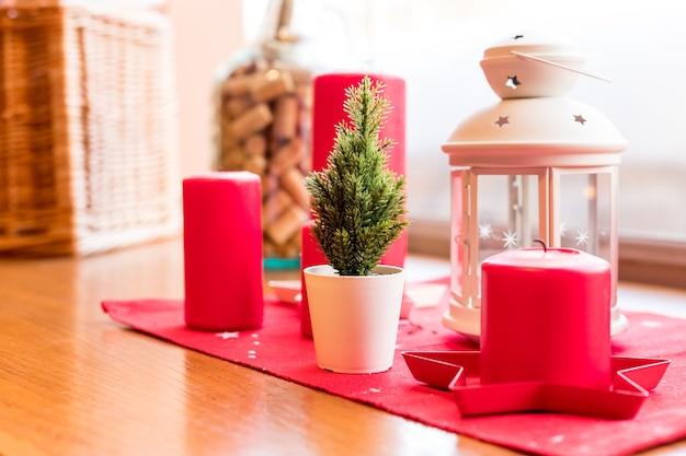 Винтажный стиль, украшение рождественского стола. уютная зимняя композиция со свечами, фонарь на деревянном