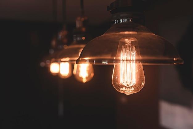 Лампочки в винтажном стиле, свисающие с потолка
