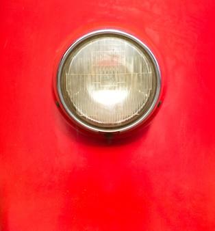 赤いボディのビンテージスタイルのオートバイライト