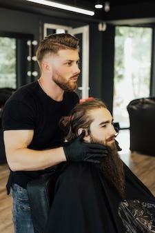 Винтажный стиль с длинной бородой и усами.