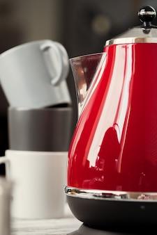 キッチンインテリアのビンテージスタイルの赤い電気ティーポット