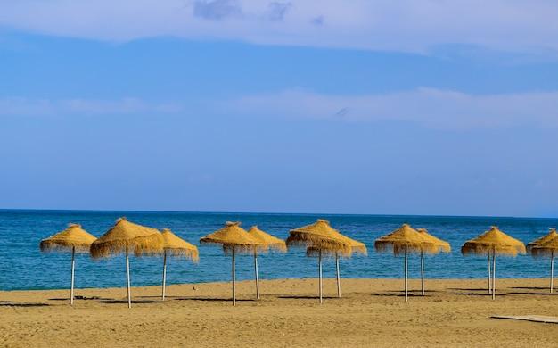 パラソルとヴィンテージの夏のビーチ