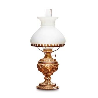 白い背景で隔離の白いランプシェードとヴィンテージのテーブルランプ。アンティークオイルランプ。クリッピングパスを持つ単一のオブジェクト