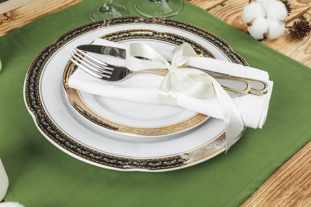 花の装飾が施された木製のテーブルにヴィンテージのテーブルセッティング