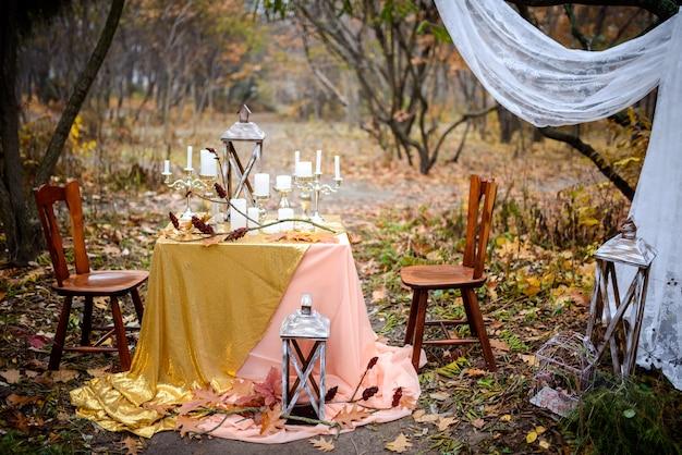 秋の森のキャンドルでヴィンテージのテーブル