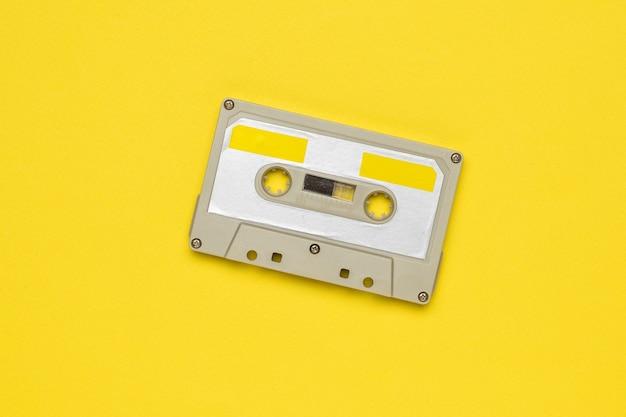 노란색에 빈티지 테이프 레코더입니다. 빈티지 오디오 녹음 저장 및 재생 도구.