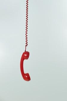 ヴィンテージ電話がぶら下がっています。