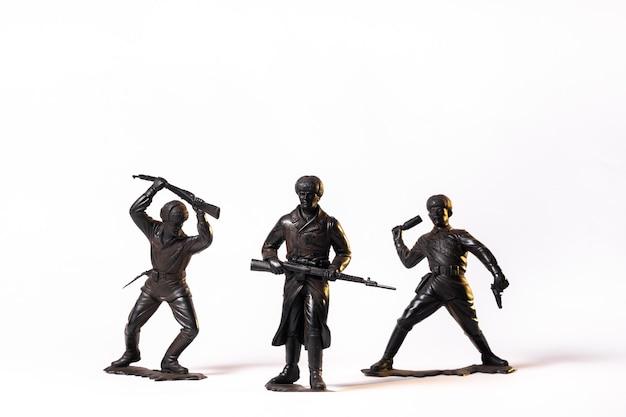 Винтажные игрушки черные солдаты, изолированные на белом фоне.